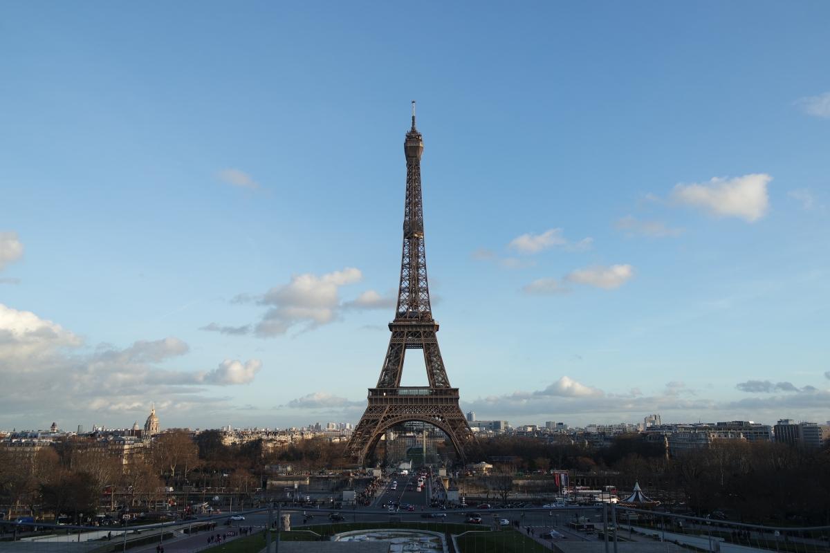"""La Tour Eiffel si tinge di """"giallo bruno"""" in occasione dei Giochi Olimpici2024"""